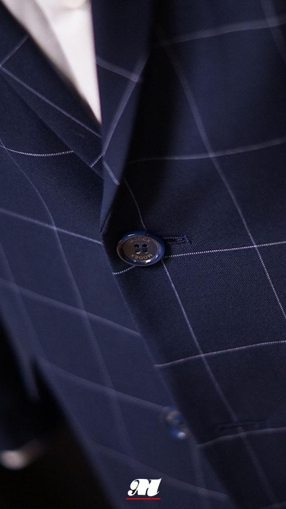df13ab5131dff Ciemnogranatowy garnitur w kontrastową szeroką kratę,w dopasowanym kroju z  dwoma rozcięciami z tyłu.